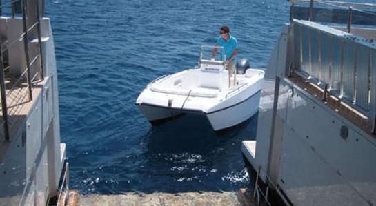 灵活要总结Curvelle公司以及其杰作Quaranta背后的设计哲学,没有比这个词更贴切的表述了。她的设计始于2005年,由Incat Crowther of Australia负责船体设计,High Modulus of the UK负责建筑工程设计。Curvelle公司的创始人Luuk V van Zanten负责牵头整个项目,他坚信这艘双体船将会展现众多超越单体船的优势。 Curvelle在一开始就想要打造一艘拥有卓越性能和精致外观的双体船,他们希望能突破传统的设计套路,并最大化地延长游艇